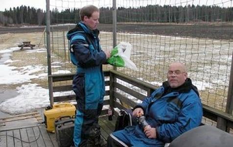 Henning og Kay har tatt på seg varmedressene og er klare for innsats. På lørdag dukket det opp ca 15 mann.