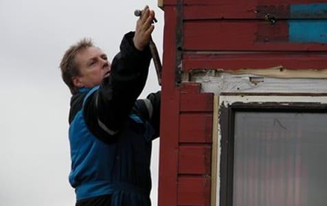 Byggeformann Roy er oppe i stigen og tar mål. Her overlates ingenting til tilfeldighetene.