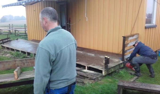 Den gamle plattingen sages opp med motorsag og fjernes på trillebår.